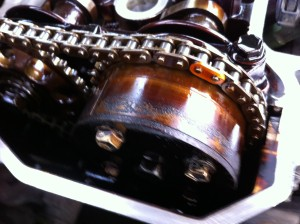 Rozrząd napędzany łańcuchem, widoczne koło z wariatorem faz rozrządu, na górze spinka łańcucha
